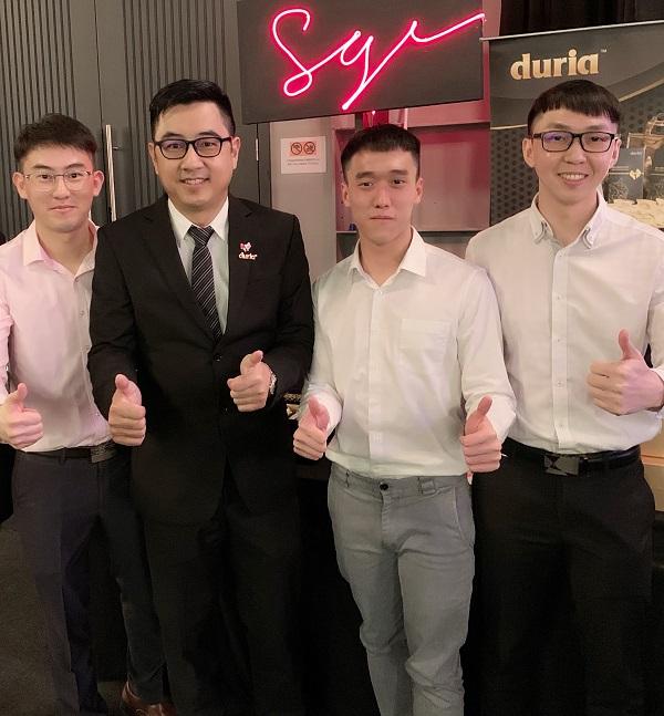 """王玮铭(左2)与""""Duria三帅""""开心合影。"""