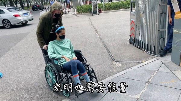 苏日曼以轮椅代步,整个人明显消瘦许多。