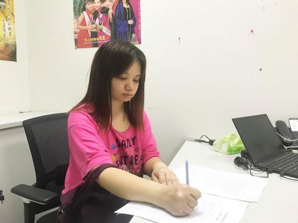 薛影仪动笔与亚视签约。