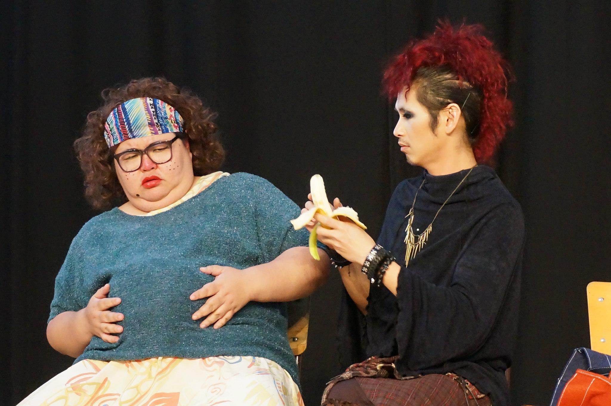 阿果参与许多舞台剧演出。