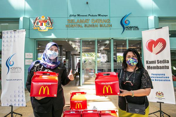 古蒂普柯(右)感谢麦当劳的膳食赞助。