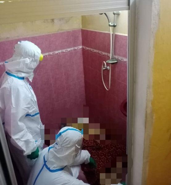 消拯员抵达事发地点时,破门而入,并发现一名妇女躺在冲凉房内。