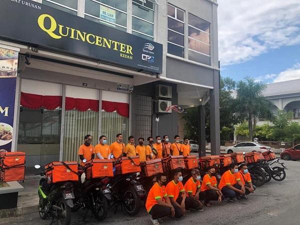 桥格集团旗下拥有多个业务板块,其19间服务中心QuinCenter/QuinHub遍布于全马各个州属。图中Quick Sent平台配送员在位于吉打QuinCenter 服务中心门口合影。
