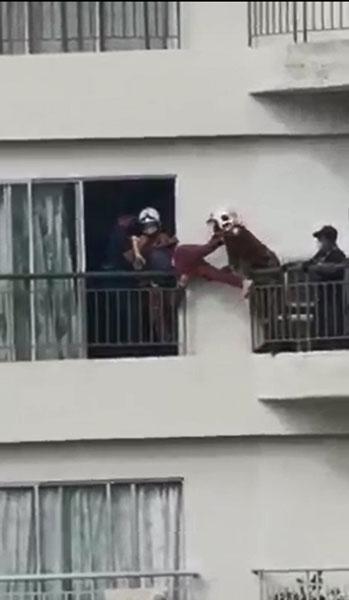 妇女被消拯员抬回屋内,整个救援过程约半小时。