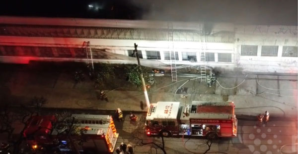 消防员努力扑灭大火。
