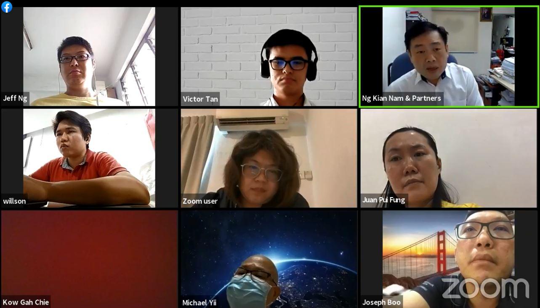 吴健南(第1排右)代表黄砥颖(第1排左),将向送餐平台发出律师信,追讨损失。
