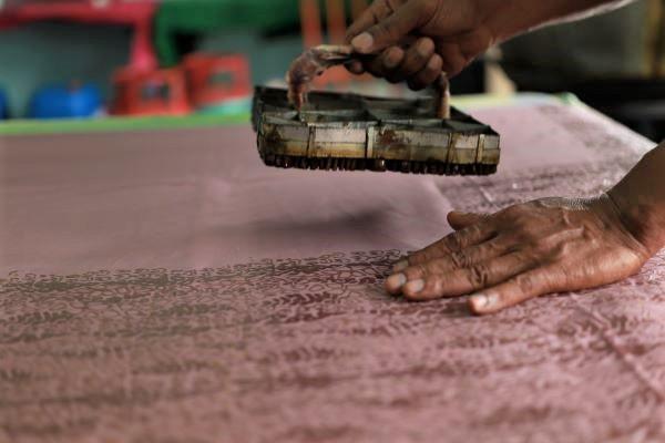 手绘峇迪(上)和手工压印峇迪(下)的制作过程很讲究细节,每一个动作都必须非常精准才能产出精美的峇迪布,而且一经上蜡就不能再修改图案。
