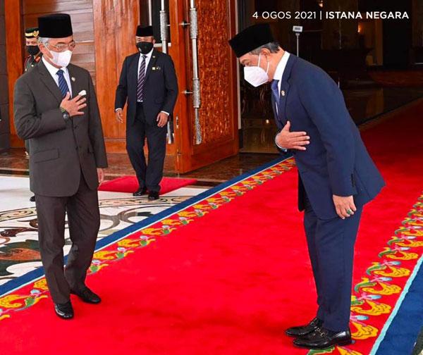 慕尤丁(右)在抵达王宫时向陛下问好,也与陛下针对国内政治局势和政府事务交流。