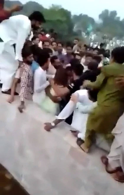 巴国女子被抬入人海  400男子撕破她衣服