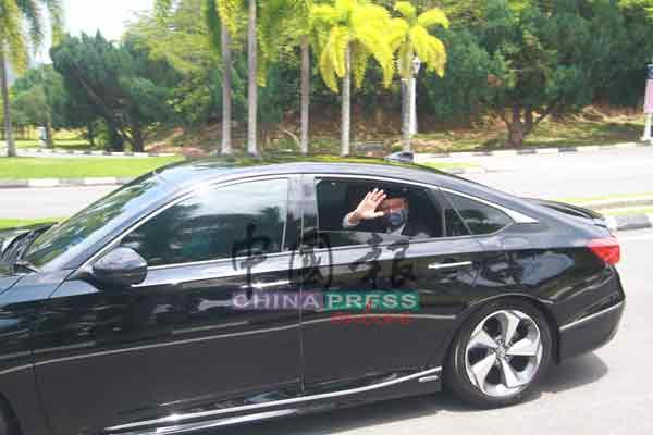 依斯迈沙比里摇下车窗,与在场媒体挥车,旺罗斯迪陪同在侧。