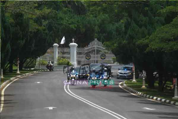 首相官车在警队设送下,于周四下午1时38分离开皇宫。
