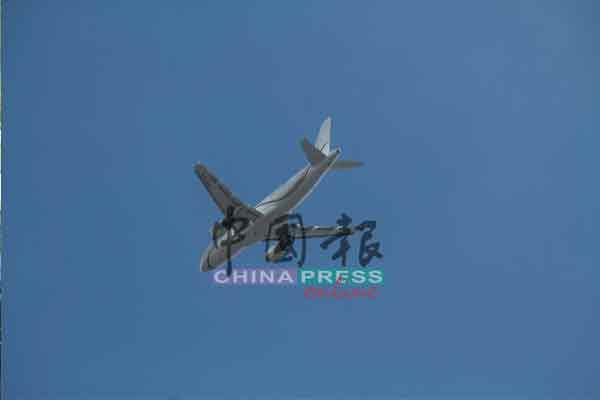 首相乘坐专机,飞抵关丹前,飞过皇宫上空。