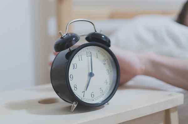 按下贪睡按钮,会使人们起床后疲倦4小时。(示意图)