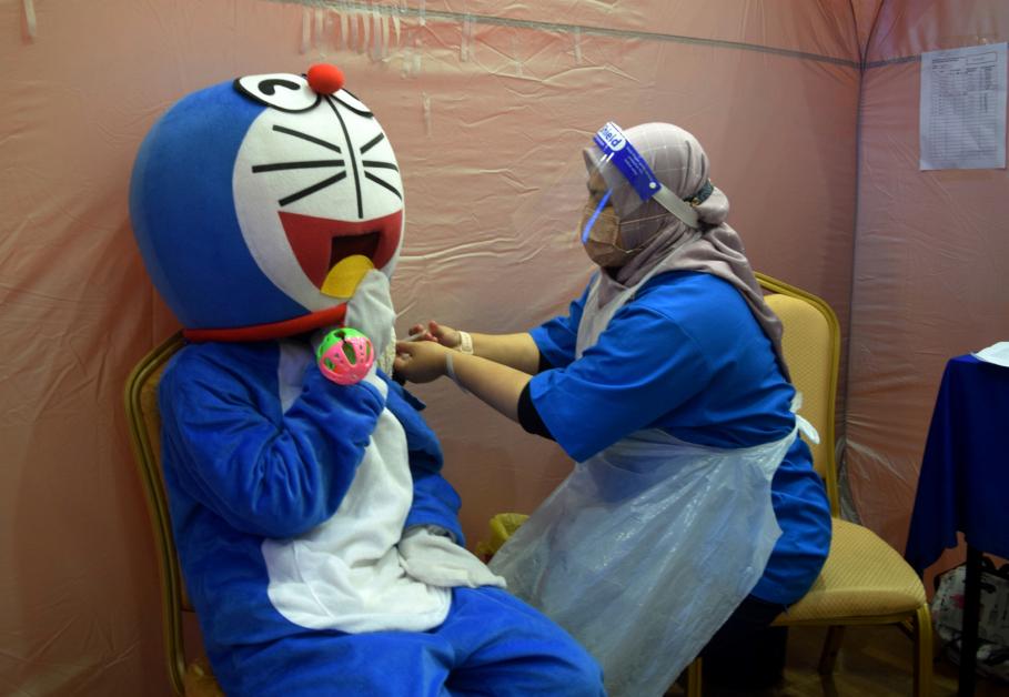 """""""哆啦A梦""""现身登州苏丹再纳阿比丁大学疫苗接种中心。"""