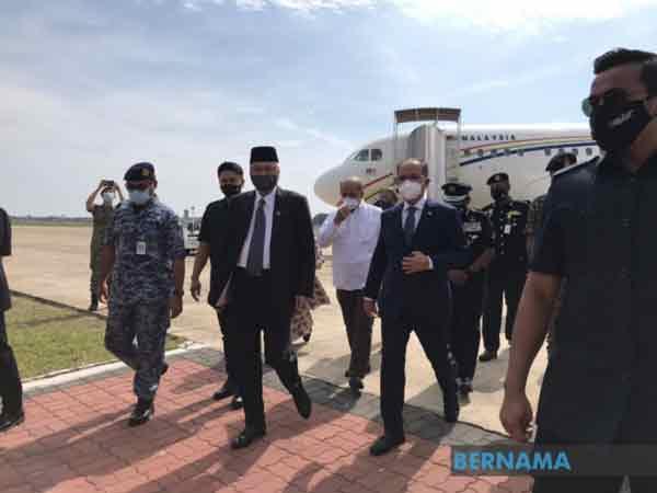 首相乘坐专机,从吉隆坡飞抵关丹空军机场。