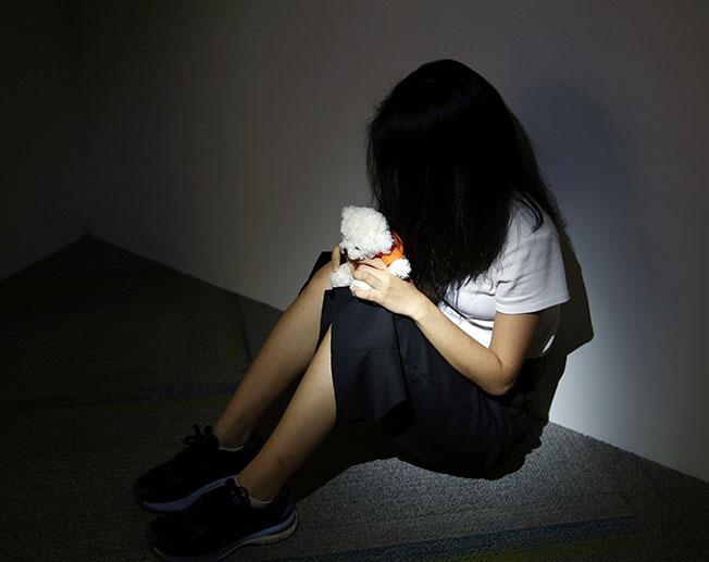 案件对受害女生造成身心上的伤害,为了避免在学校看到被告,她经常翘课,并且不再相信初次见面的人。(示意图)