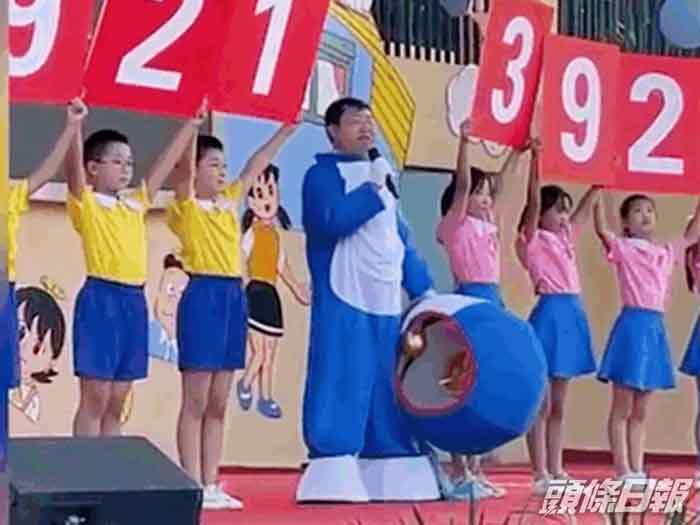 当哆啦A梦除下头套学生们才惊悉是校长。