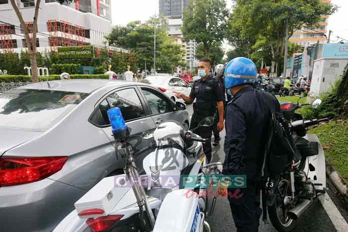 警方到场维持交通秩序,指示车辆离开。