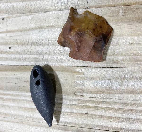 左为赤铁矿制成的铅锤,右为狩猎用的箭头、矛头或飞镖。