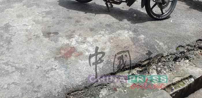 死者从组屋10楼跳下后,砸中底楼泊车场的摩哆后坠地,当场毙命。