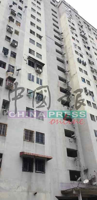 死者从组屋10楼的楼梯口处跳下,案发后居民及警方在楼梯口发现死者的拖鞋。