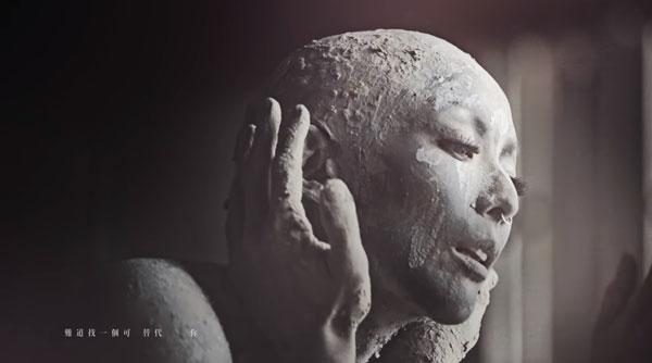 郑秀文透露,打造这个泥人光头造型耗了不少时间。