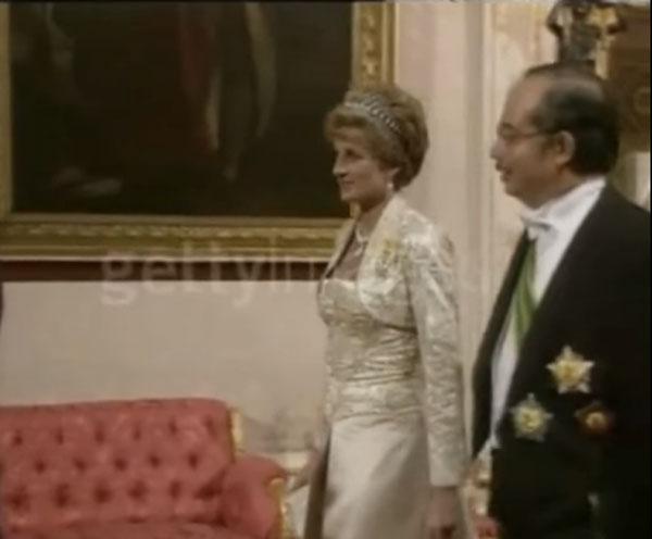 纳吉(右)于1993年随同已故苏丹阿兹兰沙访英时,和戴安娜交流。