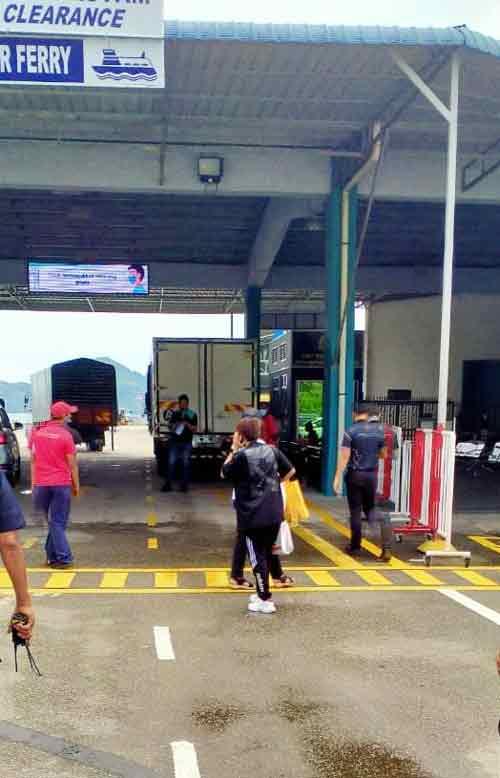 两名并未达到完全接种疫苗的女子,被指示坐客船返回玻璃市客船码头。