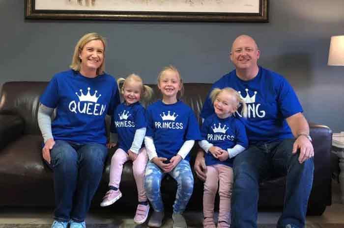 迪卡森和妻子萝伦,以及大女儿和双胞胎小女儿合照。