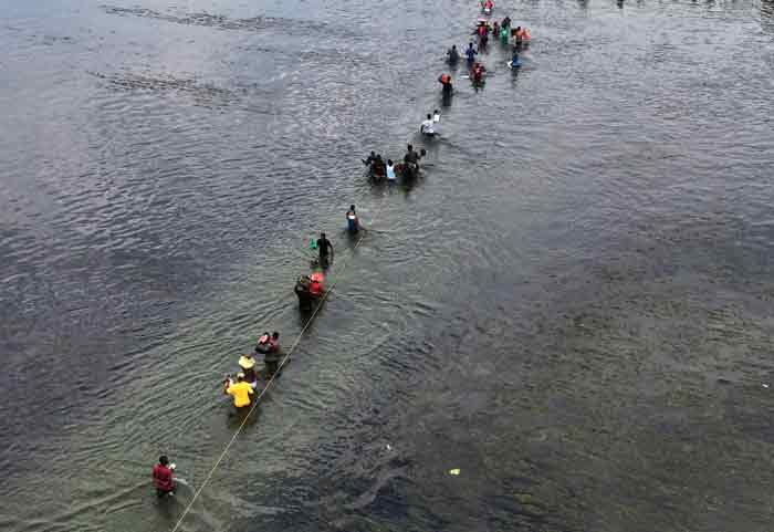 有移民21日从德州越过里奥格兰德河返回墨西哥阿库尼亚城。(美联社)