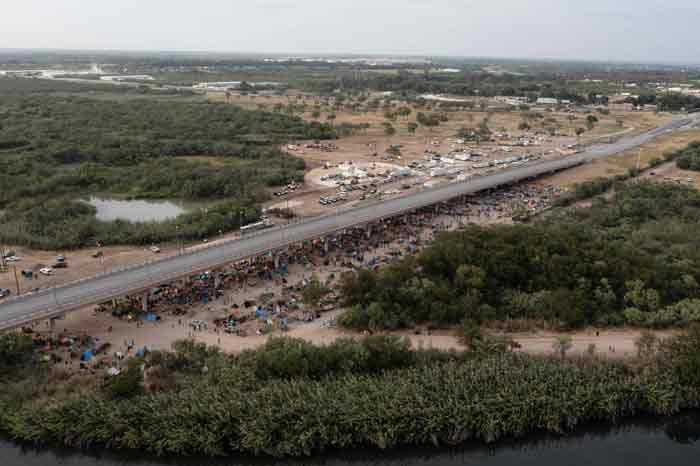 德尔里奥国际桥一带的移民情况。(法新社)