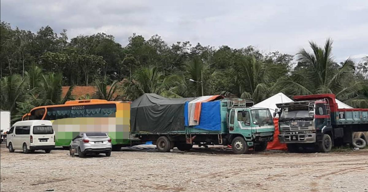 不法集团在车厂前停放长途巴士和车辆,企图掩盖不法行为。