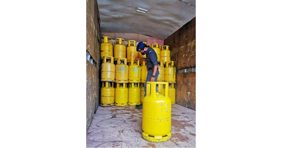 执法人员起获大量液化石油气桶