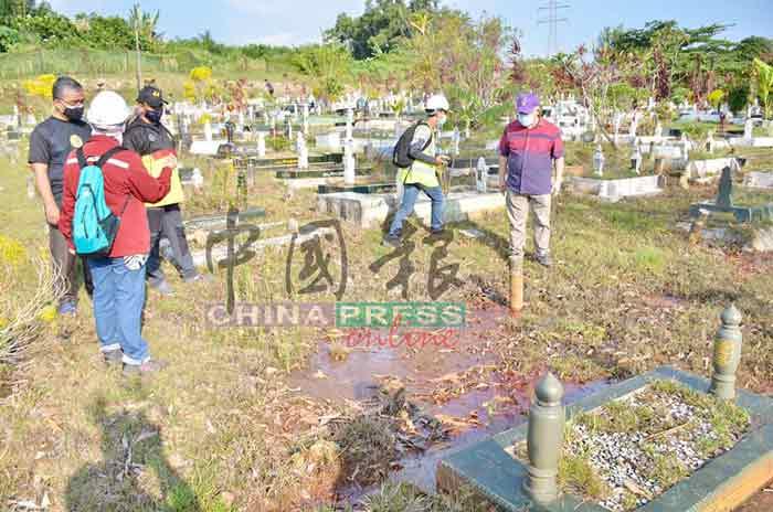 芙蓉市长马斯里(左)及莫哈末道菲巡视新那旺伊斯兰坟场时,聆听森州矿物及地质局的汇报,右为MK布拉欣。