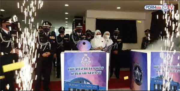 阿克力沙尼(中)为雪邦警区主持开幕仪式