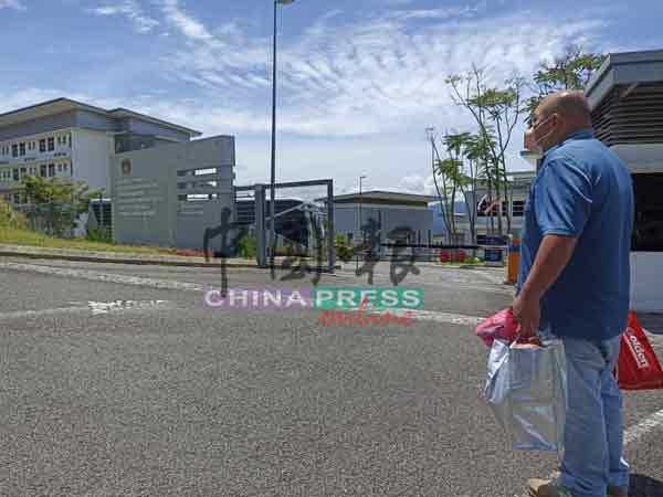 陈瑞昌亲自将该村青少年兄弟的衣物和物品送到房屋部活动中心的隔离中心。