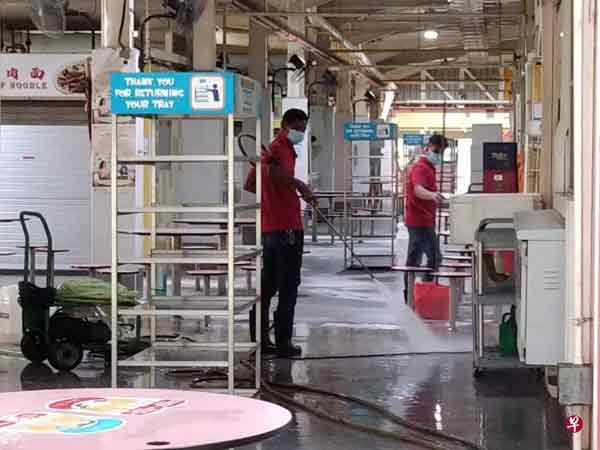 大巴窑8巷巴刹和熟食中心昨天进行清洗和消毒。(图取自早报)
