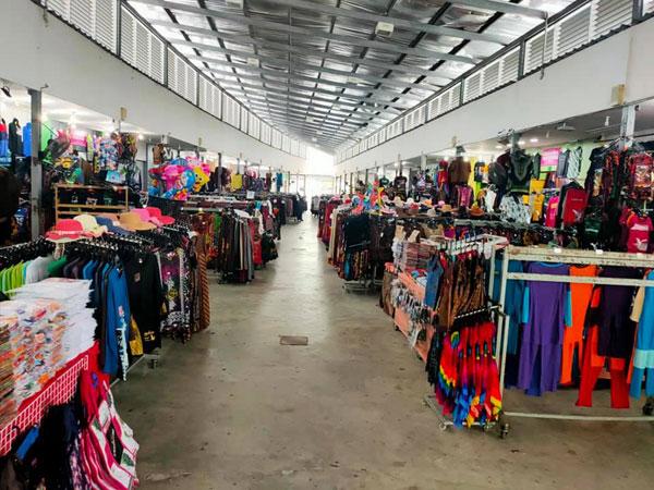 售卖服饰商业区,旅客稀少。