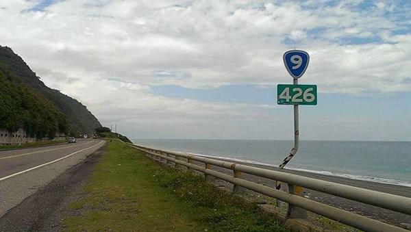 """吴仁邦拍下道路""""426""""公里数的指标上传面子书后,竟收到面子书警告。"""