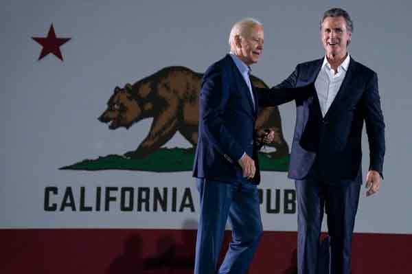美国总统拜登(左)周一帮加州州长纽森(右)造势。