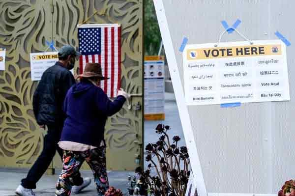 加州周二进行州长罢免案的正式投票,图为洛杉矶一处投票所。加州民族多元,选票和投票说明通常备有多种语言。