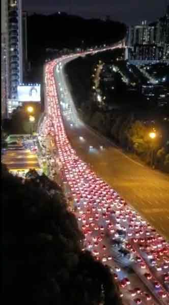网上流传,吉隆坡大使路收费站北上路段周三(15日)晚上车流量激增,交通大阻塞下出现漫长车龙。