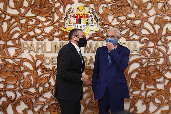 希山慕丁(左)在国会与首相拿督斯里依斯迈沙比里交谈。