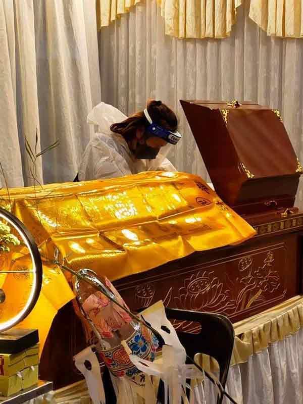 死者未婚妻获准返马,并到灵柩前瞻仰死者最后遗容。(照片黄重俊提供)
