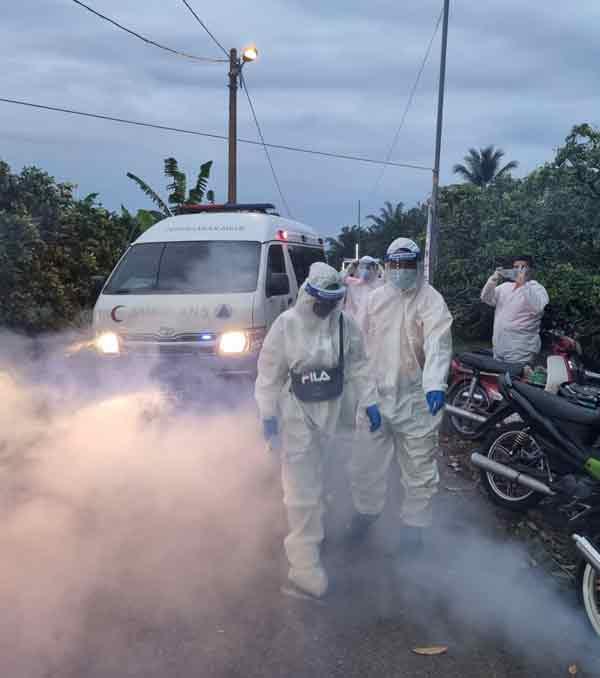 在医护人员护送下,死者未婚妻踏足丧府前进行消毒。(照片黄重俊提供)