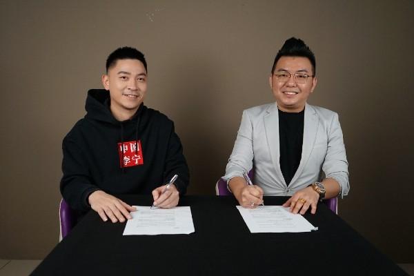 林藻钿(右)和我国羽毛球国手陈文宏签署合约,一起推介限量版手表。