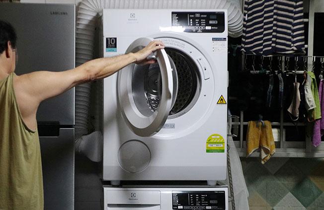 李女士表示,自己也住在这座组屋20多年了,一直以来都得忍受楼下邻居的烟味,为此还特别买了烘干机,避免在室外晾衣服。(林国明摄)