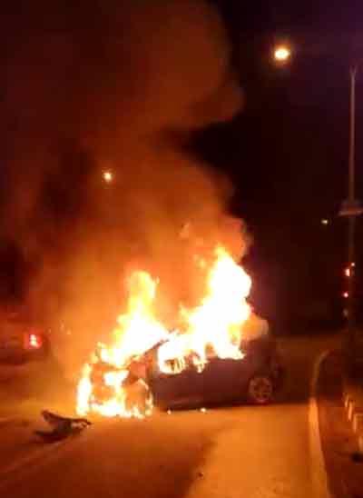 消拯员抵达现场后,发现车子起火。