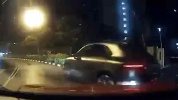 肇祸保时捷撞上他人车子后,非但没有停下,反而加速逃跑。(面子书视频截图)