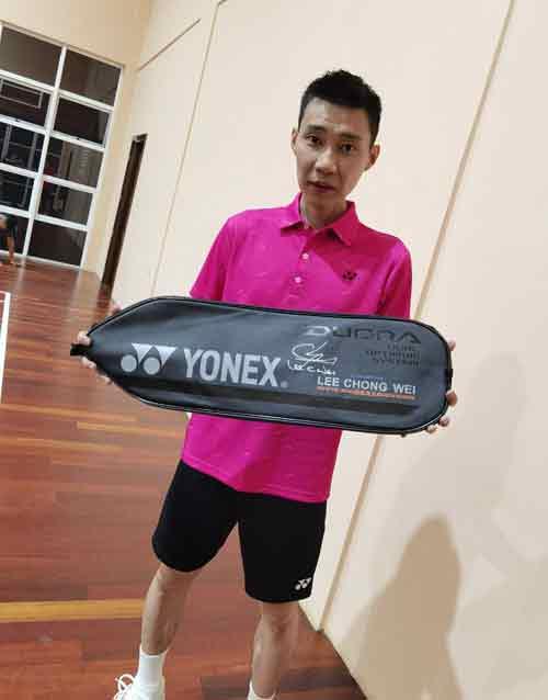 李宗伟送上羽毛球拍给人在新加坡的林俊杰。(取自李宗伟面书)